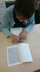 【画像】点字で手紙を打つ世川相談員