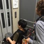 【画像】エレベーターに乗ります!