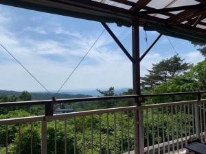 【画像】山と海が見えるテラスから(六甲山の眺望画像)