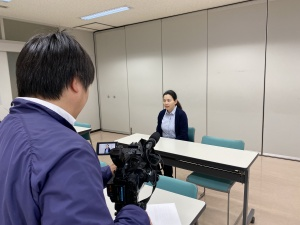 【画像】撮影カメラの前でインタビューを受けている今本副会長