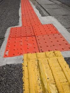 【画像】黄色の誘導ブロックとオレンジ色の警告ブロック